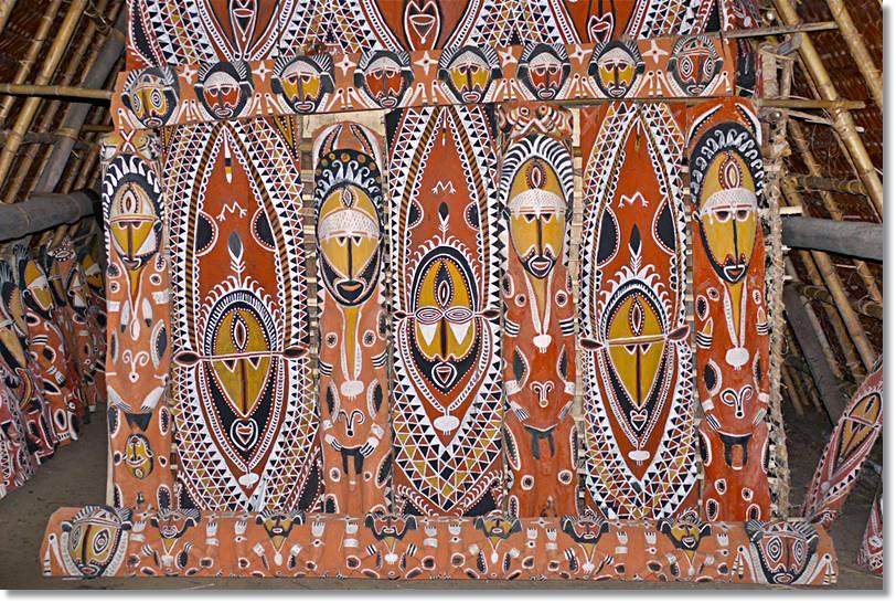 Los rostros que decoran estos centros de la religiosidad nativa simbolizan los espíritus de sus clanes. - etnias.net