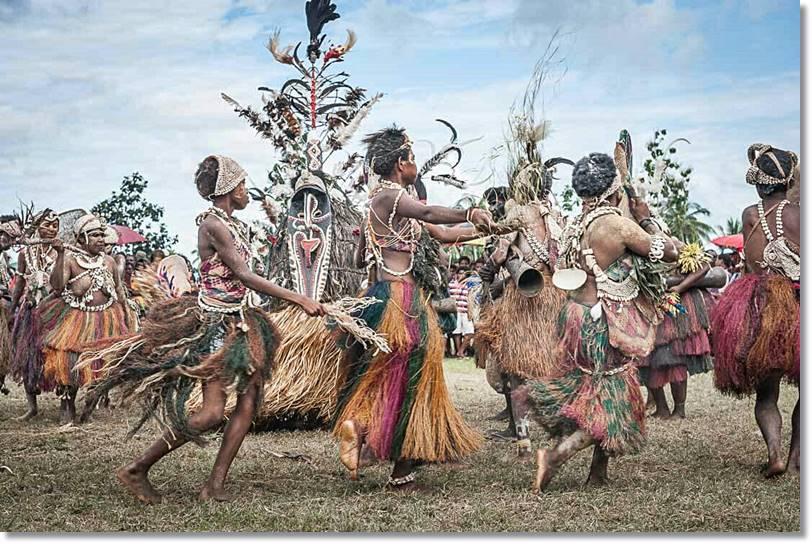 Tribus bailando en un rito de iniciación.