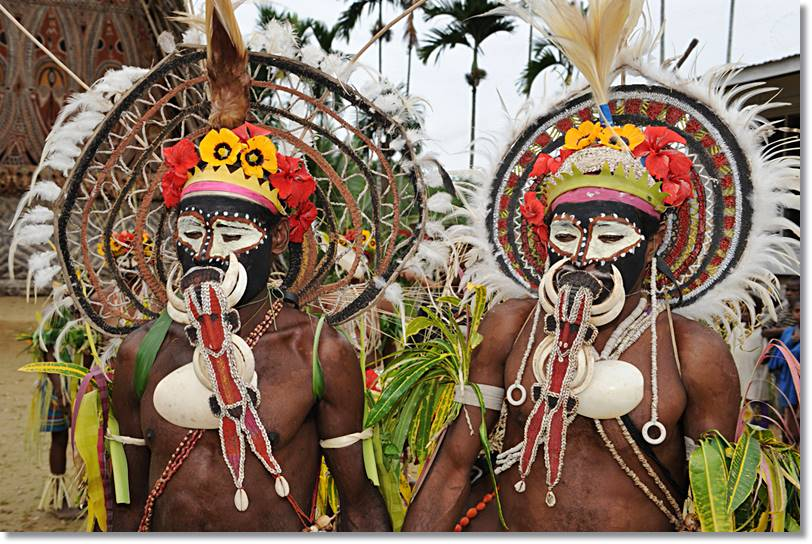 Los Abelam adornan sus cuerpos con imnumerables abalorios en sus ritos y celebraciones. - etnias.net