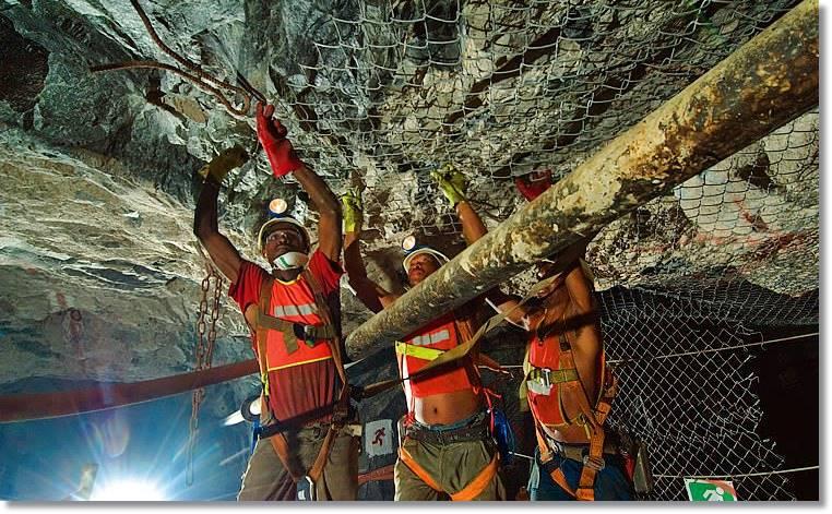 Abundantes mineros negros, llegados de todo el país y de las naciones