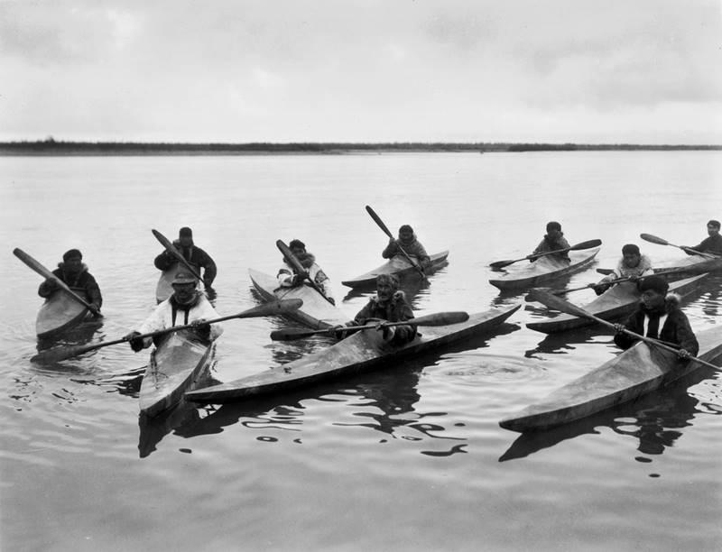 Canoas utilizadas durante cientos de años por los aleutas para pescar en el oceano