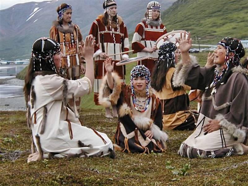 El pueblo aleuta conserva y recuerda siempre que la ocasión se lo permite sus costumbres ascestrales