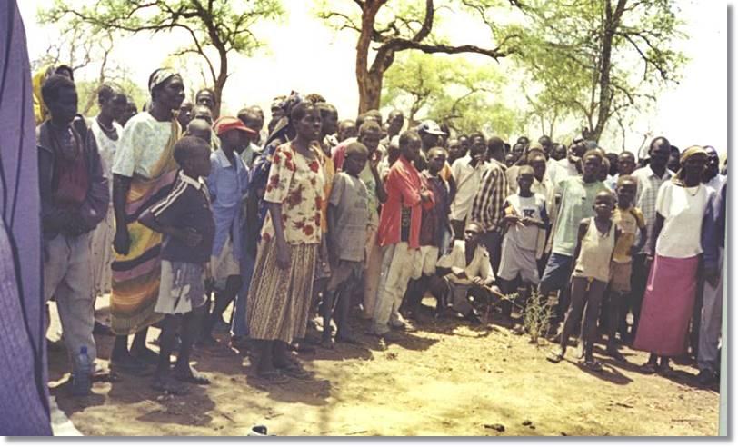 Grupo de refugiados de la etnia anuak