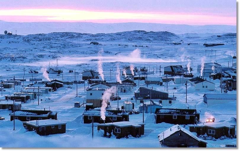 Hoy en día los habitantes de la isla de Baffin viven en poblaciones con viviendas perfectamente construidas y abastecidas durante todo el año