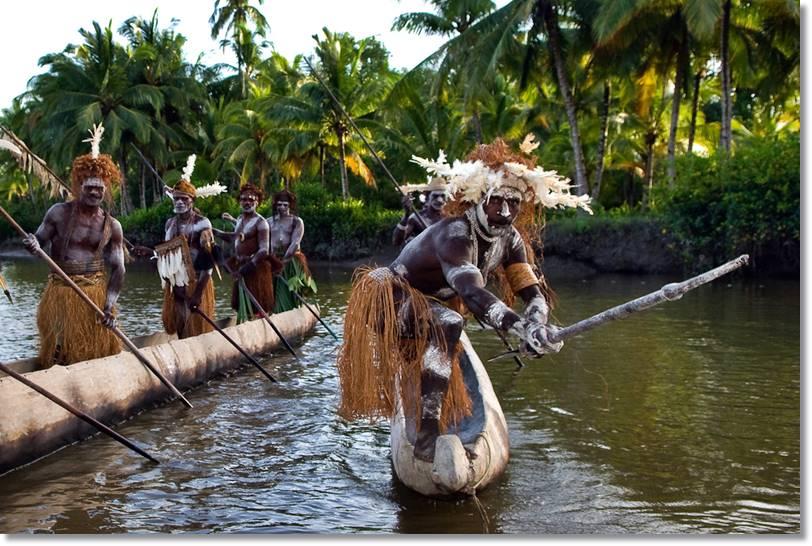 Los asmat asmat utilizan ágilmente sus canoas para moverse por el rio.