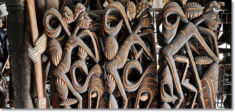 Los asmat son consumados artistas al tallar la madera, llegando a estar cotizadas sus esculturas y totem