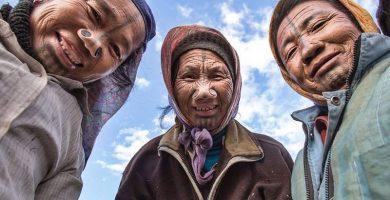 Mujeres de la etnia apatani con sus característicos agujeros en ambos lados de su nariz
