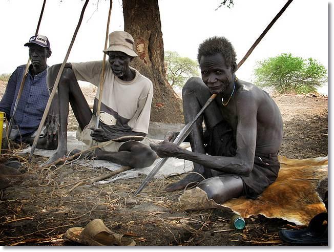 Un grupo de hombres anuak