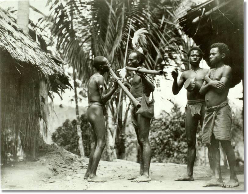 Dos hombres de la etnia arapesh tocando instrumentos musicales - etnias.net