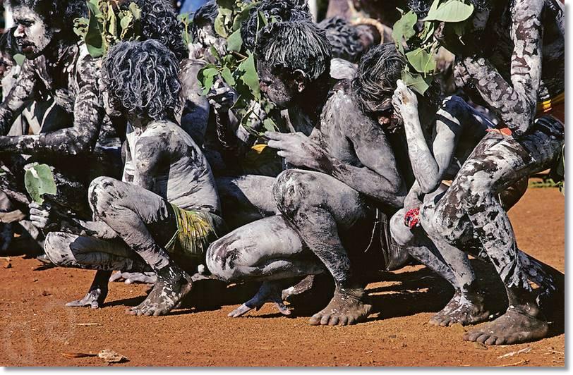 El disfraz típico del aborigen australiano consiste en como podemos ver en la imagen en pintarse todo el cuerpo con pinturas de varios colores