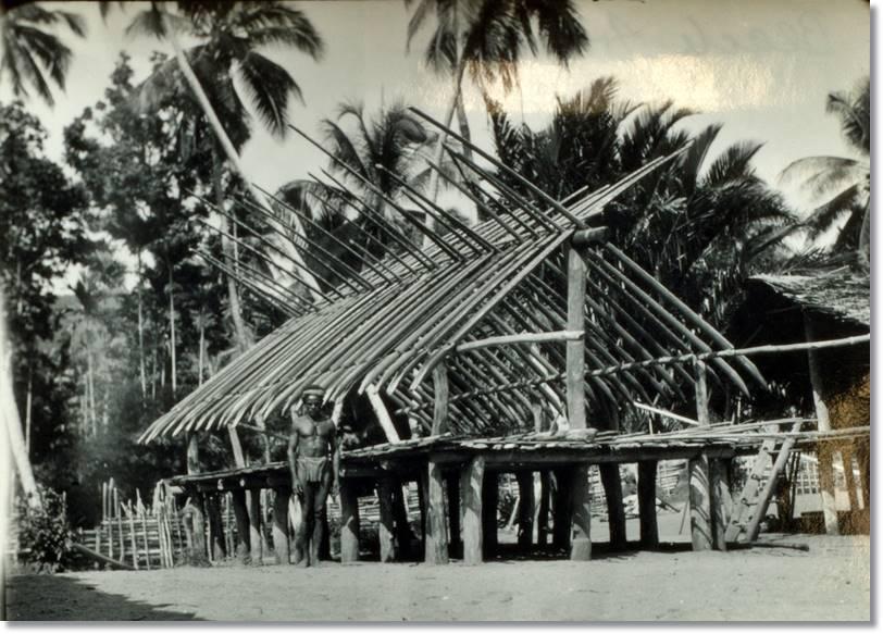 Estructura de una casa arapesh, seguramente destinada a reuniones y actos sociales situada junto a la playa - etnias.net