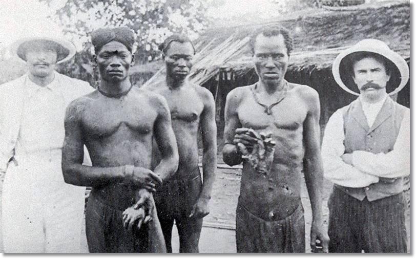 Fotografía antigua en la que los ingleses muestran a dos hombres de la etnia bemba - etnias.net