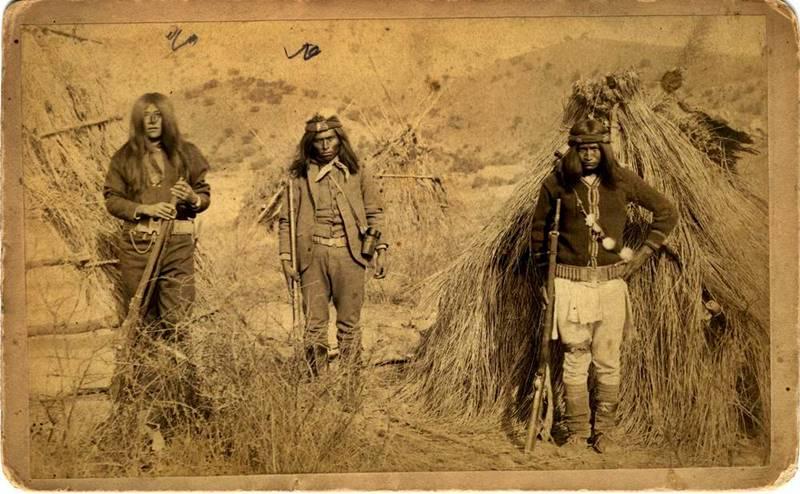 Fotografía de 1880 de apaches guerreros