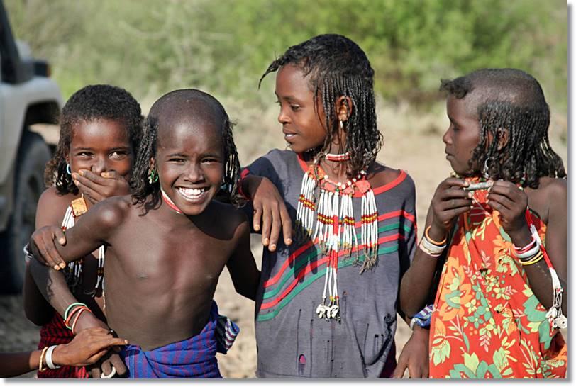 Jóvenes afar con la cabeza afeitada para alcanzar la pubertad. - etnias.net