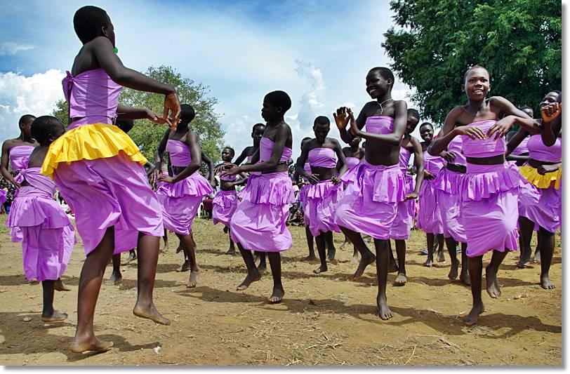 Jóvenes de las etnias baganda bailando una danza tradicional - etnias.net