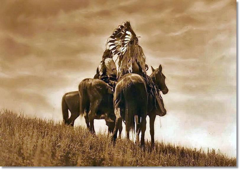 La silueta de un descendiente de los bravos apaches, recortándose sobre el duro paisaje de Arizona, no ha perdido ni un ápice de su majestuosidad - etnias.net