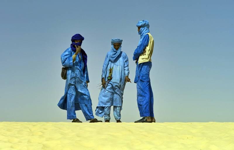 Los tuareg, el conjunto más insigne de los nómadas berberiscos con unos trescientos individuos, cuyos avatares políticos les han familiarizado con las largas y penosas marchas por las inmensidades del Sáhara