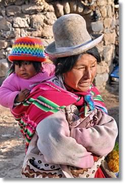 Mujer aimara portando a su hijo a la espalda con un aguayo - etnias.net