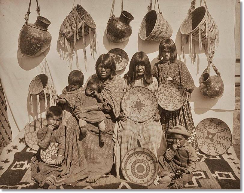 Mujeres apache mostrando artesanía al estilo tradicional de su pueblo. La artesanía es en la actualidad una esencial fuente de ingresos para muchas familias de las reservas