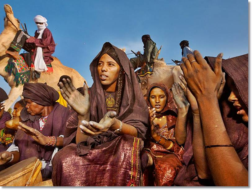 Mujeres tuareg conversando al lado del rebaño de dromedarios - etnias.net