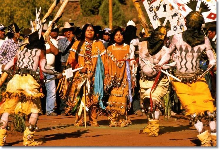 Recreación de la Danza del Sol realiza anualmente por los descendientes de los Apaches - etnias.net