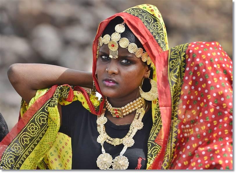 Una mujer de Afar se prepara para bailar durante la ceremonia introductoria