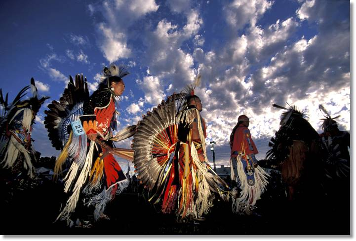 Hoy en día los nativos americanos siguen quedando para realizar danzas y ritos propias de sus antepasados como la danza del sol - etnias.net