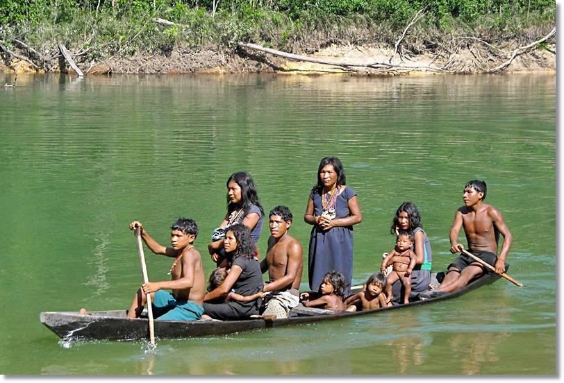 La mayoría de los indígenas amazónicos utilizan los ríos para trasladarse de un lugar a otro - etnias.net