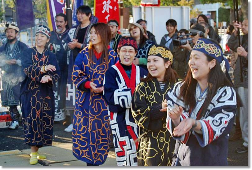 Los ainus, a pesar de que e enecuentran integrados perfectamente en la sociedad nipona, intentan conservar sus costumbres - etnias.net