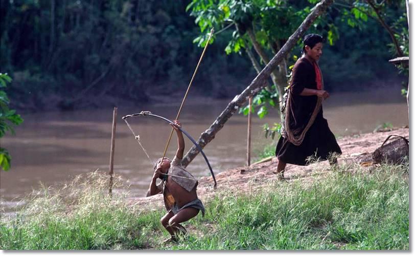 Niño campa disparando con un arco típico - etnias.net