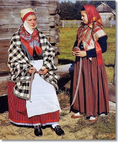 Una albanesa vestida a la usanza tradicional - etnias.net