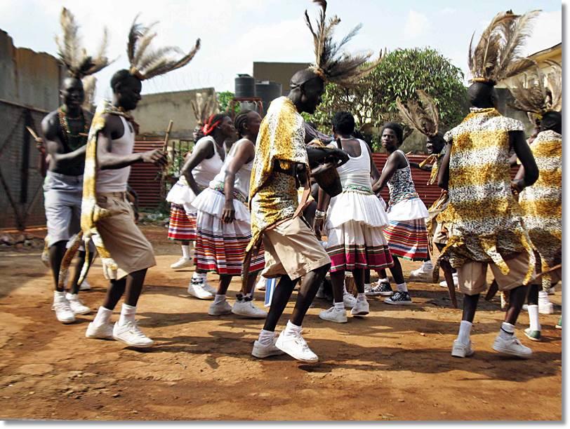 Acholis con plumas de avestruz y una piel de leopardo, ejecutando una danza ritual . - etnias.net