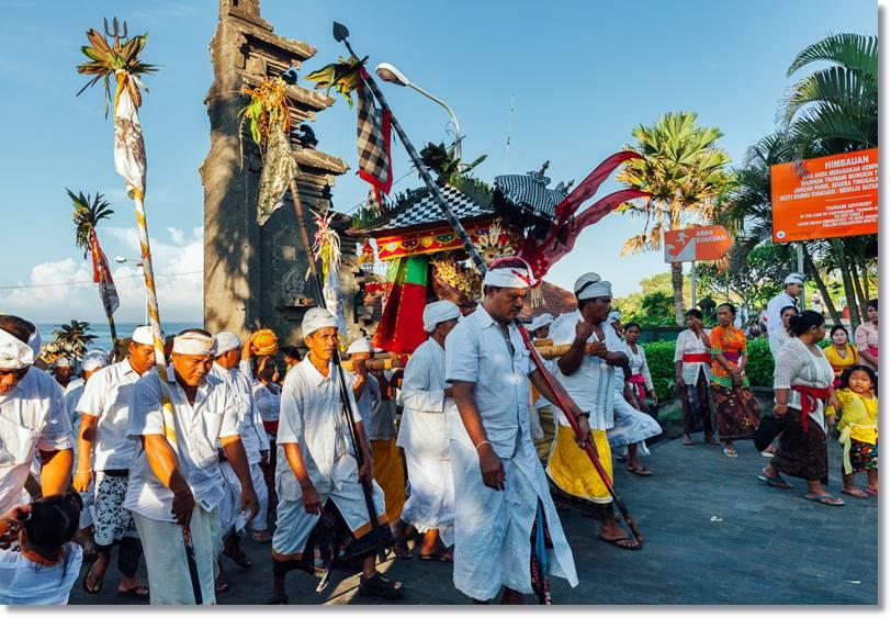 Como cualquier ofrenda sagrada, las esculturas se transportan sobre la cabeza, mientras que los fieles avanzan en procesión hacia el mar o hacia un río - etnias.net