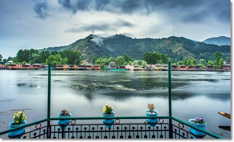 La increíble belleza del lago Dal lo ha transformado en uno de los principales atractivos turísticos de Cachemira. En verano, muchos visitantes se alojan en las pintorescas casas flotantes amarradas en sus riberas. - etnias.net