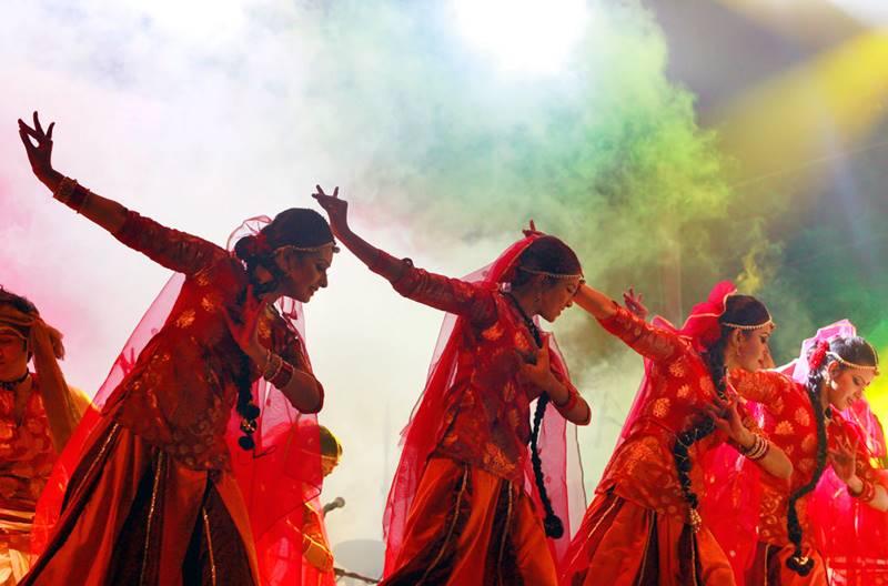 Jóvenes bailarinas de Bangladesh ejecutan una danza. Sus compatriotas comparten la cultura y el idioma predominantes en el estado indio de Bengala occidental, circunstancia esta que contribuyó a agudizar las tensiones entre las dos facciones del viejo Pakistán