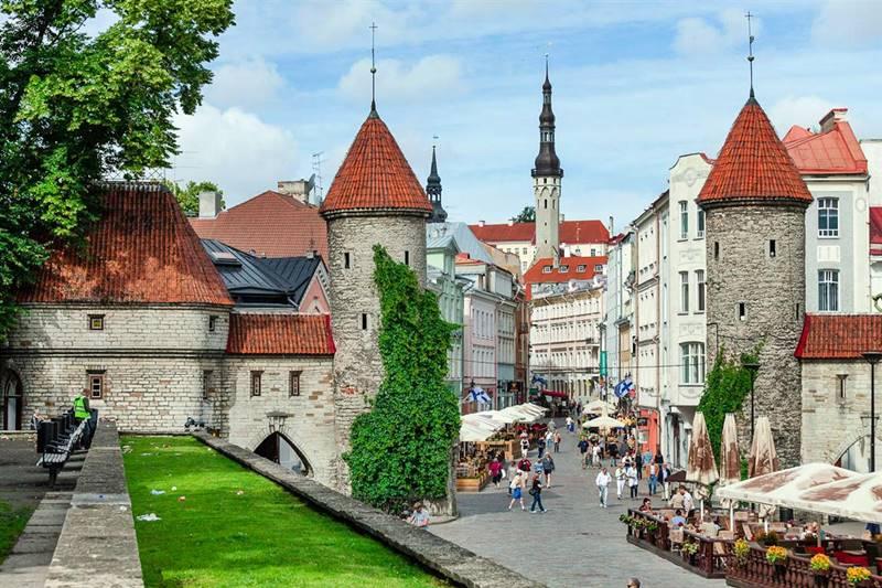 Calle turística de Tallín, capital de Estonia