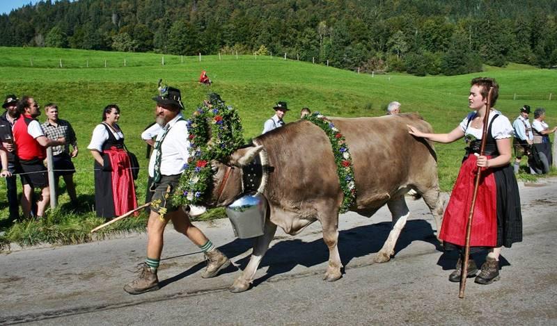 Campesinos bávaros con trajes tradicionales *. A pesar del desarrollo de las grandes ciudades, muchos bávaros siguen dedicándose a las faenas agrícolas.