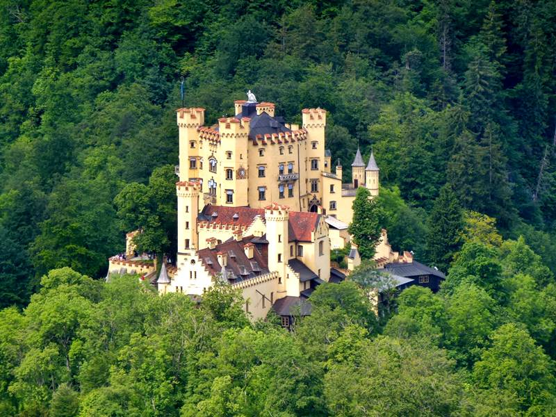 El castillo de Hohenschwangau, cercano a la frontera austriaca, fue en el siglo XIX vivienda estival del príncipe heredero Maximiliano.
