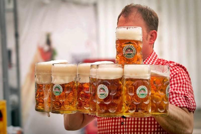 En Baviera se consumen más de doscientos litros de cerveza por habitante y año. Una buena ocasión para degustar el dorado líquido es el conocido Festival de la Cerveza de Múnich, donde se dan cita turistas de toda Europa.