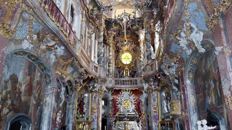 En un país donde los protestantes son minoría, el catolicismo de la población se refleja en templos de gran exuberancia arquitectónica, santuarios majestuosos, capillas recoletas y también imágenes de santurrones.