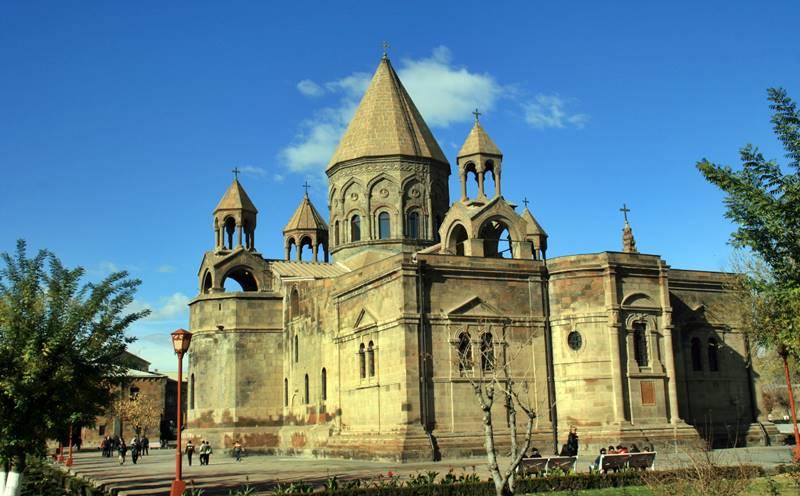 Los armenios tienen una rica y vieja cultura, con su lengua, alfabeto, arte, literatura y una religión que data prácticamente dos mil años de antigüedad