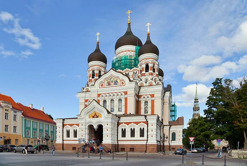 Iglesia ortodoxa de Tallin, capital de Estonia. Los invasores europeos dejaron testimonio de su paso por los países bálticos, como lo prueba la feliz amalgama de estilos arquitectónicos muy diferentes.