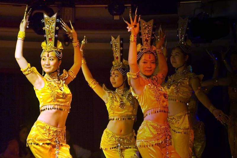La danza es un factor esencial en la educación de los cantoneses. Desde la Revolución Cultural, el gobierno chino, ha insistido en la música y los desfiles que contribuyen a sostener vivo el espíritu revolucionario.