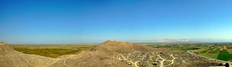 La mayoría del país es montañoso, semidesértico o volcánico, pero el valle de Ararat, junto a la capital, es parcialmente fértil y genera gran cantidad de frutas y verduras