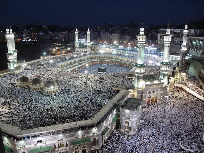 Los fieles llenan la Gran Mezquita de la Meca, su techo y todas las áreas a su alrededor durante las oraciones nocturnas