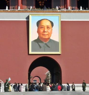 El semblante de Mao Tse-tung encabeza la vida de esta familia, residente en una comuna cantonesa. Ya antes de la Revolución de 1949, muchos campesinos debían vender a los hijos para no morir de hambre.