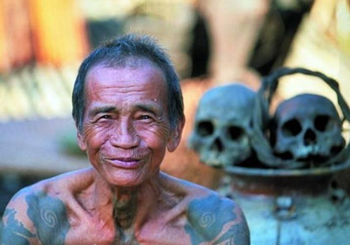 Costumbre de cortar cabeza de los dayaks de Borneo
