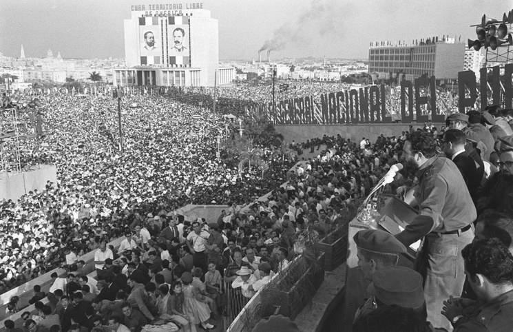 Fidel Castro arengando al pueblo cubano con uno de sus numerosos discursos interminables