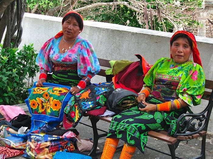Vestuario kuna colorido y llamativo